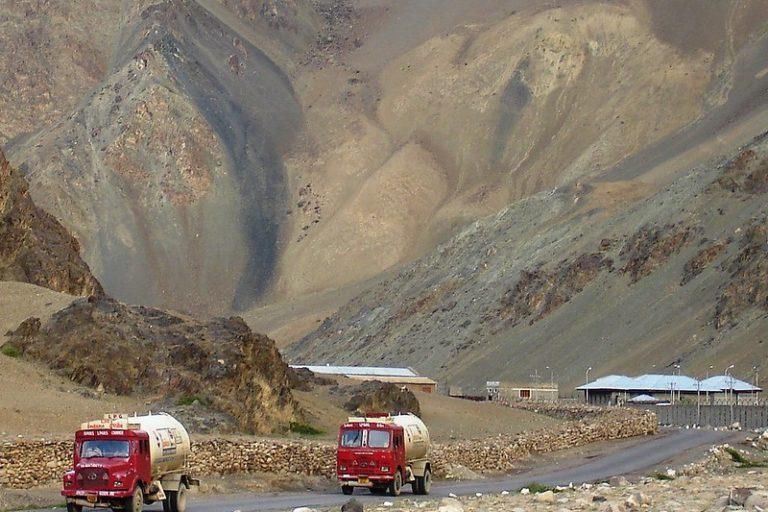 कश्मीर से लेह जाने वाली सड़क पर पेट्रोल ढोते ट्रक। पेट्रोलियम प्रोडक्ट आवश्यक वस्तुओं की श्रेणी में आता है। तस्वीर- राजेश/फ्लिकर