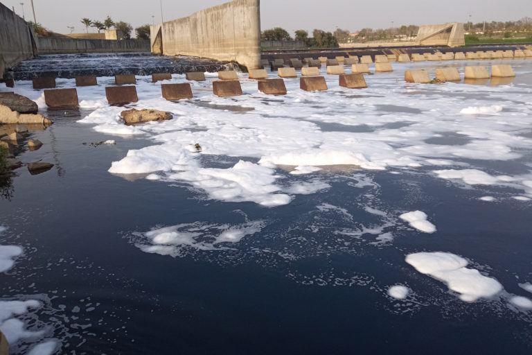 करोड़ों लीटर गंदा पानी जज़्ब करती गोमती नाले में हो रही तब्दील, गंगा की है सहायक नदी