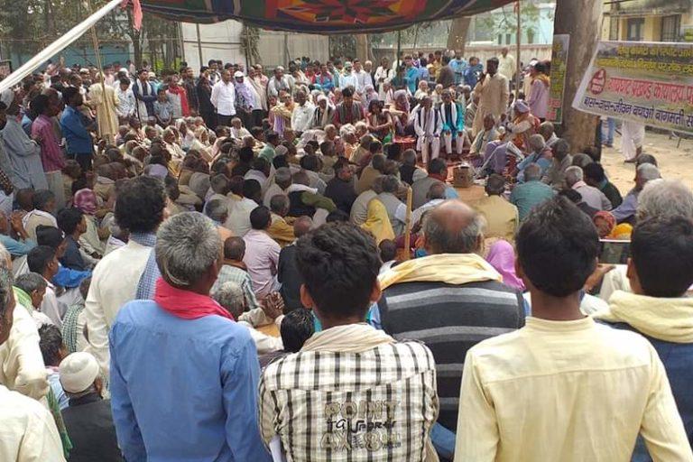 बागमती तटबंध के विरोध में ग्रामीणों द्वारा गायघाट प्रखंड मुख्यालय पर दिया जा रहा धरना। तस्वीर- आंददोलनकारियों से साभार