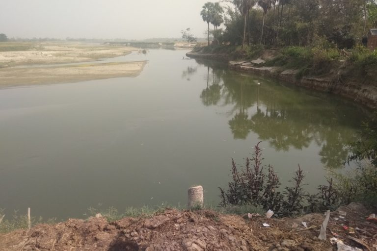मुजफ्फरपुर के कल्याणी गांव के पास से गुजरती बागमती नदी की धारा, यहां अभी तटबंध नहीं बना है। मुजफ्फरपुर और दरभंगा के 109 गांवों के किसान तटबंध बनाये जाने का विरोध कर रहे हैं। तस्वीर- संजीत भारती