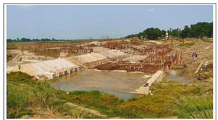शिवहर में बागमती नदी पर चल रहा निर्माण कार्य। बिहार के जल संसाधन मंत्री संजय कुमार झा की फेसबुक वाल से साभार।