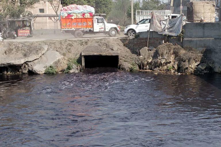 लुधियाना के ताजपुर इंडस्ट्रियल एरिया से होकर गुजरता बुड्ढा नाला। इस नाले के जरिए प्रदूषित पानी सतलज नदी में मिलता है। तस्वीर- विवेक गुप्ता