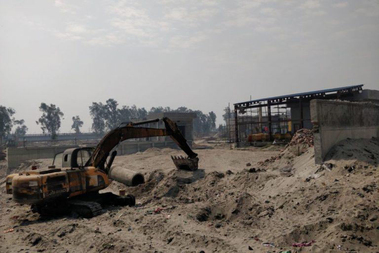 लुधियाना में रंगाई कारखानों के पास अपशिष्ट उपचार केंद्र बनाया जा रहा है। काम में देरी की वजह से इसे अभी चालू होने में समय लगेगा। तस्वीर- विवेक गुप्ता