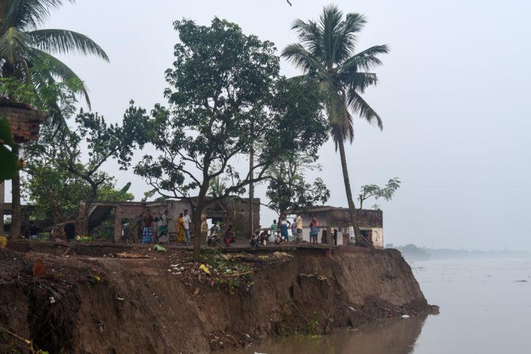 नतुन शिबपुर गांव में गंगा नदी की कटाई की वजह से कई घर और खेत नदी में समा गए। तस्वीर- तन्मय भादुरी