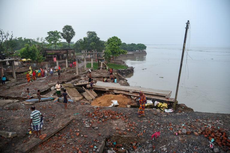 धनघरा गांव में नदी में कई घर समा गए। इसमें 395 पक्का मकान भी शामिल हैं। तस्वीर- तन्मय भादुरी