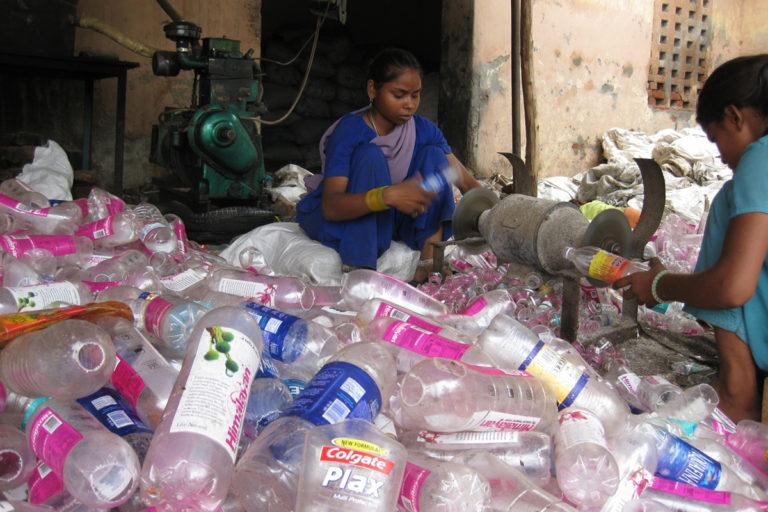 प्लास्टिक को दोबारा उपयोग लायक बनाने के लिए मशक्कत करती महिलाएं। तस्वीर- टेड मैथ्स/द एडवोकेसी प्रोजेक्ट/फ्लिकर