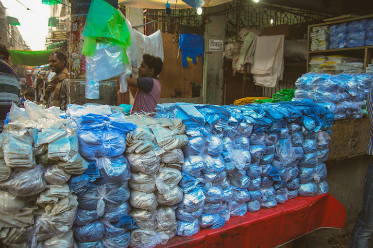 प्लास्टिक प्रदूषण रोकने के लिए रिसाइकल के साथ प्लास्टिक निर्माताओं की जिम्मेदारी भी करनी होगी तय