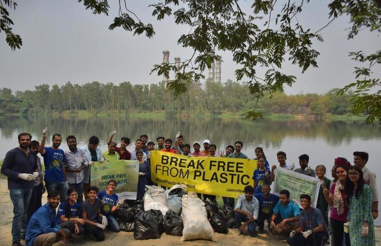 ग्रीनपीस ने पटना में जल स्रोतों के किनारे प्लास्टिक कचरा हटाने के लिए सफाई अभियान चलाया। तस्वीर- सागनिक पॉल/ग्रीनपीस