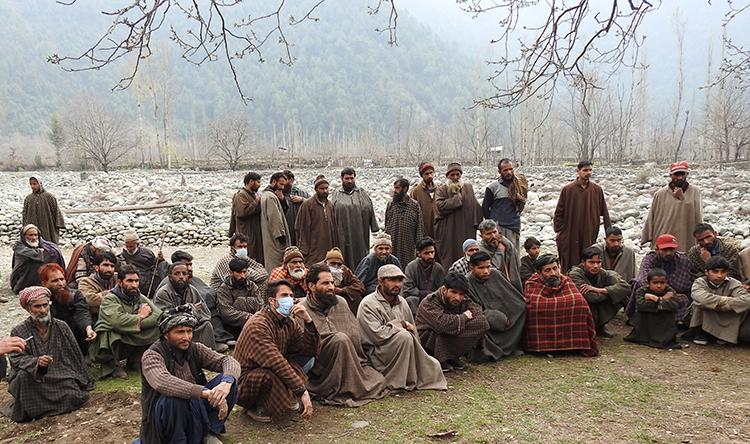 कश्मीर के गुज्जर समुदाय के लोग त्राल में वन अधिकार कानून को लेकर बैठक करते हुए। तस्वीर- सत्यम श्रीवास्तव