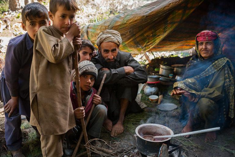 जम्मू-कश्मीर के गुज्जर आदिवासी का एक परिवार। ये पशुपालक होते हैं और जंगल में मौजूद घास के मैदानों पर सदियों से पूरी तरह आश्रित हैं। तस्वीर- संदीपा चेतन/फ्लिकर