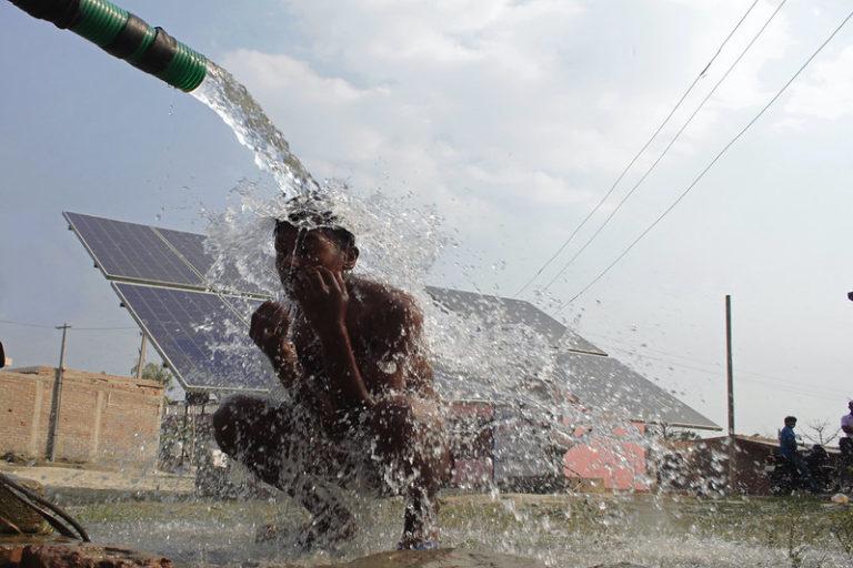 बिहार में सोलर पंप लगाने की योजना भी अधर में है। लक्ष्य 10 हजार सोलर पंप लगाने का है लेकिन दस साल बीत जाने के बाद भी राज्य में अब तक सिर्फ 2,772 सोलर पंप लग पाये हैं। तस्वीर- आयुष माणिक/फ्लिकर