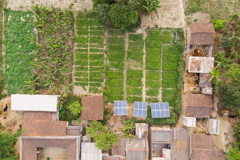 बिहार के समस्तीपुर जिले में गैर सरकारी संस्था के सहयोग से लगा सोलर पंप। राज्य में अक्षय ऊर्जा के क्षेत्र में अपार संभावनाएं हैं। सरकार खुद मानती है कि राज्य में 16 हजार मेगावाट सौर उर्जा और 2,150 मेगावाट बायोमास उत्पादन की क्षमता है। तस्वीर- मेट्रो मीडिया/आईडब्लूएमआई/फ्लिकर