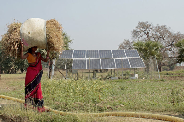 बिहार के एक गांव में स्थापित सोलर सिस्टम। राज्य अपने अक्षय ऊर्जा के लक्ष्य से काफी पीछे है। देश में केरल को लेकर उम्मीद जताई जा रही है कि राज्य के 14 जिलों में से, लगभग 6 से 8 जिले आने वाले 5-6 सालों में नेट-जीरो का लक्ष्य हासिल कर सकते हैं। तस्वीर- आयुष माणिक/फ्लिकर