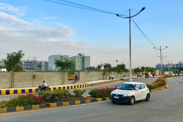 बेंगलुरु के बिजनस पार्क के सामने से गुजरती सड़क। देश का सूचना प्रौद्योगिकी क्षेत्र और इसमें काम करने वाले लोग 1991 के बदलावों के बाद विकास की लहर का नेतृत्व करने वालों में से एक थे। तस्वीर-आईएम3847/विकिमीडिया कॉमन्स