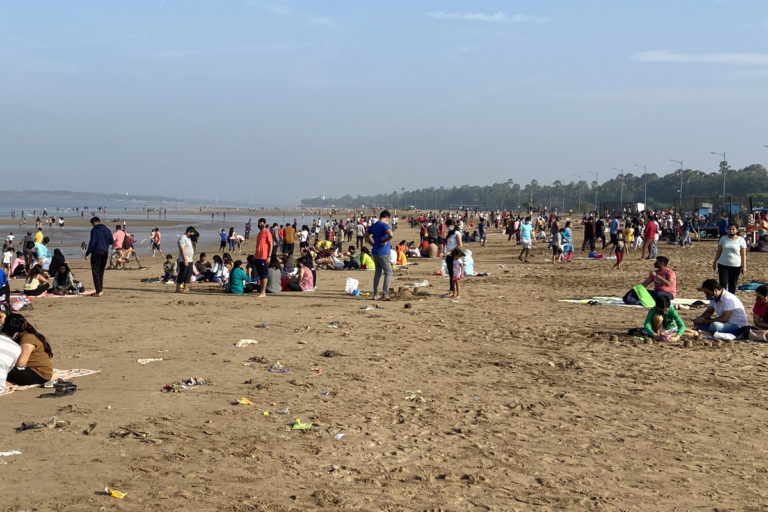 लॉकडाउन के दौरान मुंबई के एक समुद्री तट का नजारा। इस महामारी की दूसरी लहर में चारों ओर से मृत्यु की लगातार खबरें आ रही हैं। तस्वीर- कार्तिक चंद्रमौली/मोंगाबे