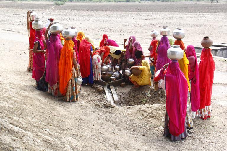 राजस्थानः बारिश की बूंद बचाकर हजारों परिवार ने पाई लोहे तक को गला देने वाले पानी से निजात