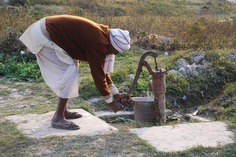 बिहार के समस्तीपुर जिले में खेत में लगे हैंडपंप से पानी निकालता एक किसान। बिहार में पानी की कमी और बाढ़, दोनों ही समस्याएं हैं। तस्वीर- एम. डीफ़्रीज़/सीआईएमएमवाई/फ्लिकर