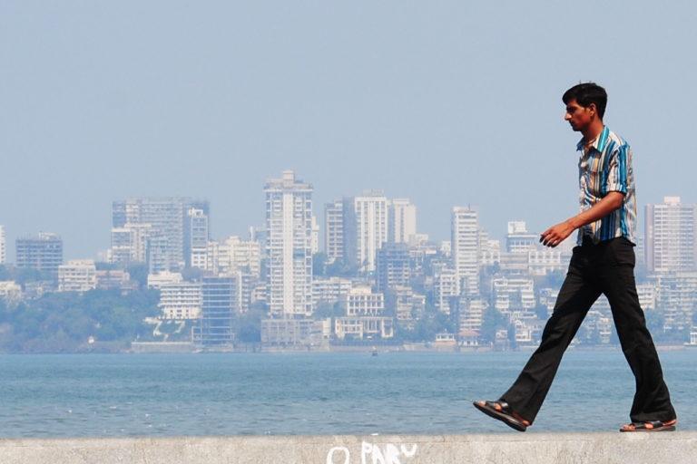 मुंबई का एक समुद्र तट। भारत के पश्चिमी तट चक्रवाती तूफान को झेलने के लिए तैयार नहीं हैं। यहां इतिहास में बड़े तूफान नहीं आए, जिस वजह से बेतहासा निर्माण हुआ है। तस्वीर- सारा जैमरसन/फ्लिकर