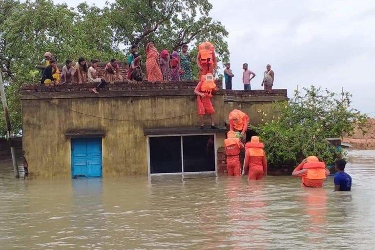 दक्षिण 24 परगना जिले में बाढ़ में फंसे लोगों को बचाव दल ने सुरक्षित निकाला। तस्वीर- वेस्ट बंगाल रेडियो क्लब