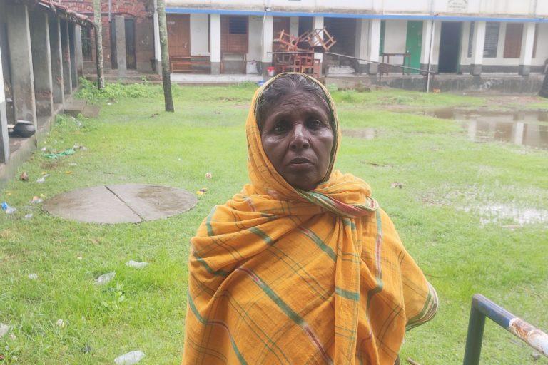 तूफान के बाद बेघर हुई शिल्पा गायेन। उन्हें कई दिनों तक सरकारी स्कूल में बने शरणस्थली में रहना पड़ा। तस्वीर- ऋग दास