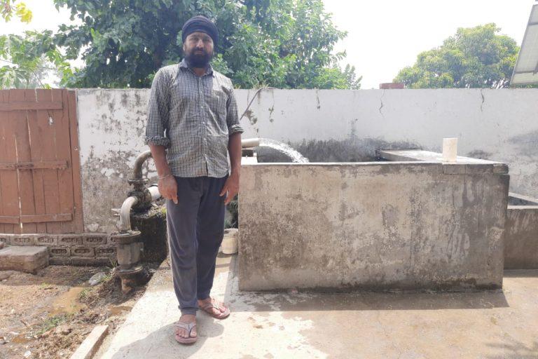 पीलीभीत के पंचखेड़ा गांव के रहने वाले मनजीत सिंह। इन्हें कुसुम योजना की शुरुआत से पहले सब्सिडी पर सोलर पंप मिला था। तस्वीर- रणविजय सिंह