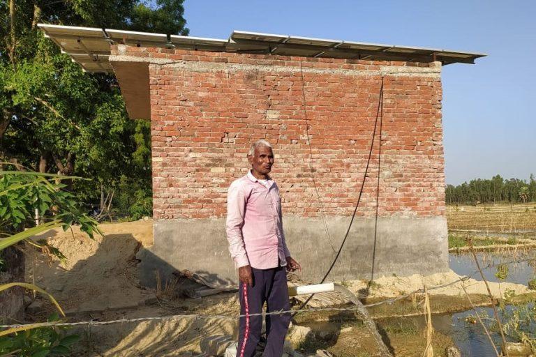 कुसुम योजना के तहत मिले सोलर पंप के पास खड़े लखनऊ के किसान नरपती सुमन। तस्वीर- रणविजय सिंह
