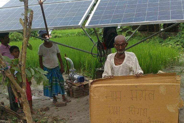 उत्तरप्रदेश के कुशीनगर जिले के नेबुआ नौरंगिया के किसान मंगल अपने सोलर पंप के साथ। कुसुम योजना के तहत किसानों को सिंचाई के लिए सौर ऊर्जा से चलने वाले पंप दिए जाने का प्रावधान है। तस्वीर- यूपी नेडा