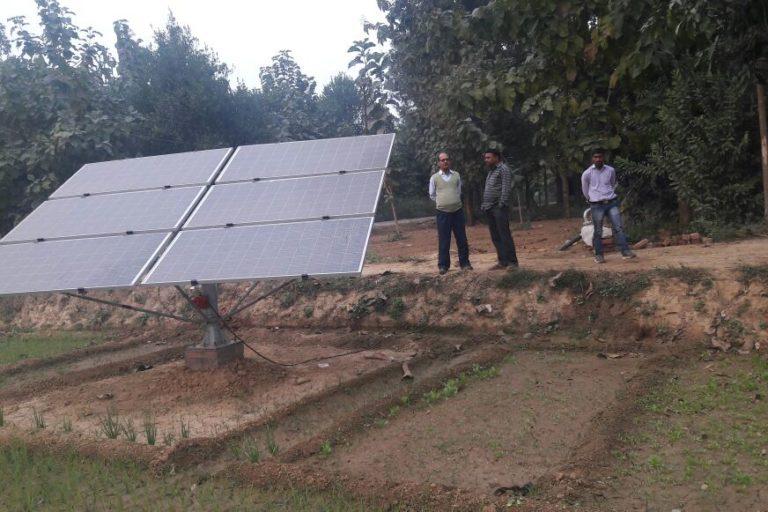 उत्तरप्रदेश में किसानों के खेत में इस तरह सोलर पंप लगाए गए हैं। जिन किसानों को योजना का लाभ मिला है उनका सिंचाई का खर्च बच रहा है। तस्वीर- यूपी नेडा