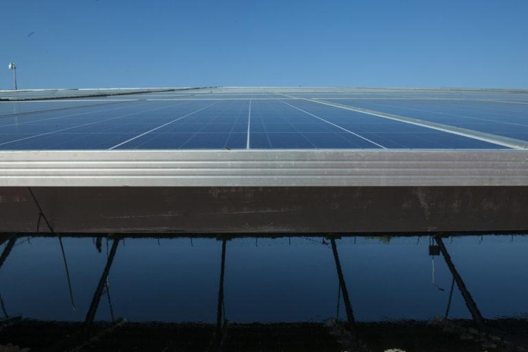 गुजरात में नहर के ऊपर बना सौर ऊर्जा संयंत्र। भारत ने 2022 तक 175 गीगावाट अक्षय ऊर्जा की क्षमता स्थापित करने का लक्ष्य तय किया था। तस्वीर- मार्क गार्टन/ संयुक्त राष्ट्र फोटो/ फ्लिकर