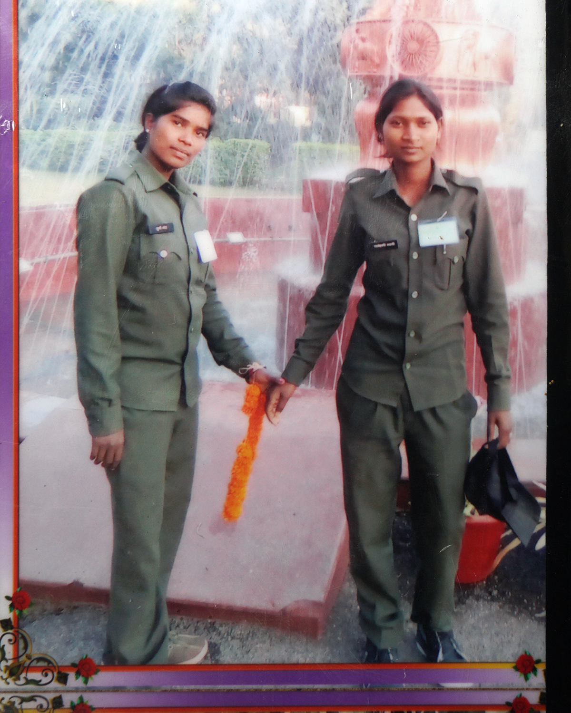 अचानकमार के जंगल में दुर्गा (बाएं) और परमेश्वरी (दाएं) फॉरेस्ट गाइड के रूप में 2017 से कार्यरत हैं।