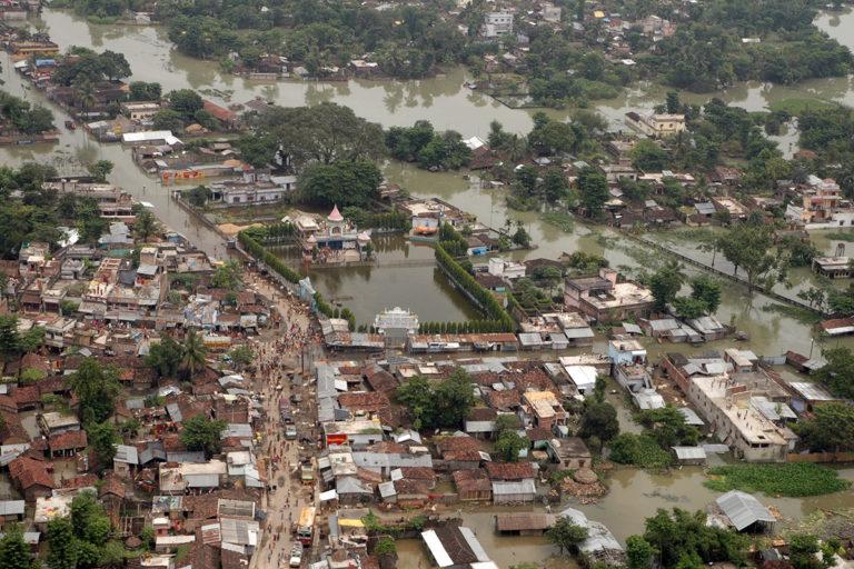 बिहार में वर्ष 2008 में आई भीषण बाढ़ की तस्वीर। मौसम के बिगड़ जाने की स्थिति में प्रति एक करोड़ में होने वाली मौत के मामले में तो बिहार के आंकड़े ही उपलब्ध नहीं हैं, लेकिन हर साल सैकड़ों लोगों की जान जाती है। तस्वीर- पब्लिक रिसोर्स डॉट ऑर्ग/फ्लिकर