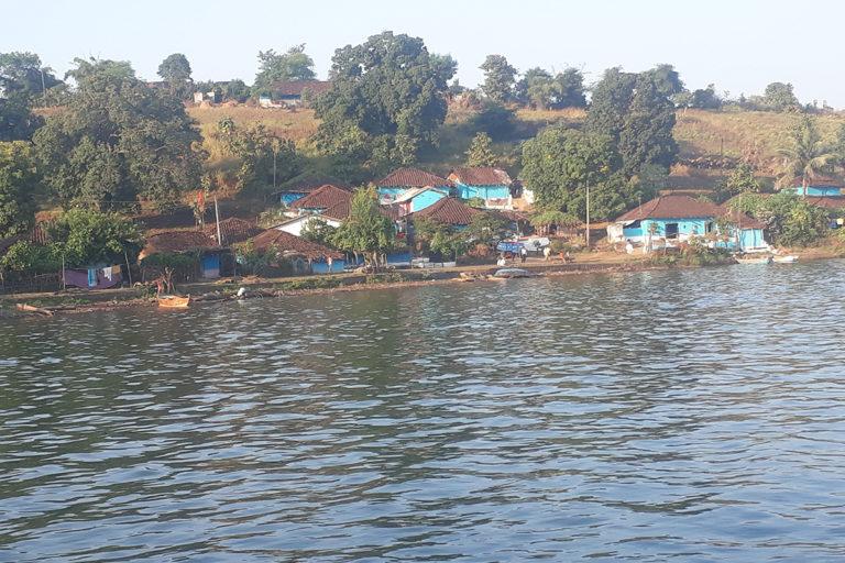 मंडला जिले के गांव में मछुआरा बस्ती का दृश्य। इस गांव में पहले बड़ा मछली बाजार लगता था और यहां तक मध्य-प्रदेश राज्य परिवहन की बसें भी चलती थीं। लेकिन, बरगी बांध में यह गांव पूरी तरह से डूब गया है। गांव के कई संपन्न परिवार बाहर चले गए हैं।मछुआरे, आदिवासी और अन्य कमजोर तबके के लोग जलाशय के किनारे बसे हुए हैं। तस्वीर- राजकुमार सिन्हा