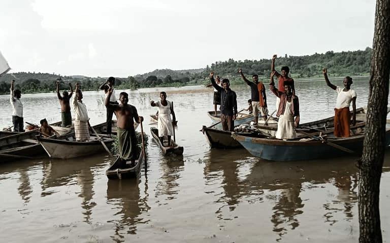 लोकेश्वर मछुआरा समिति, मंडला के मछुआरे, जो कुछ वर्ष पहले मत्स्याखेट चालू किए जाने की मांग को लेकर जलाशय में प्रदर्शन कर रहे थे। बरगी बांध से इन विस्थापित मछुआरों ने नर्मदा में बांध के कारण होने वाले विस्थापन और नर्मदा नदी के दोहन के खिलाफ लंबा संघर्ष किया है। यहां के मछुआरों के आंदोलन के चलते ही नब्बे के दशक में राज्य सरकार ने स्थानीय मछुआरों को मछली पालन का अधिकार दिया था। फाइल तस्वीर- राजकुमार सिन्हा