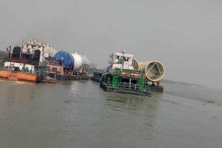 फरवरी 2020 में राष्ट्रीय जलमार्ग 1 पर एक विशाल मशीनरी को जलमार्ग के जरिए पश्चिम बंगाल के डायमंड हार्बर से बिहार के सिमरिया लाया गया। तस्वीर– भारतीय अंतर्देशीय जलमार्ग प्राधिकरण