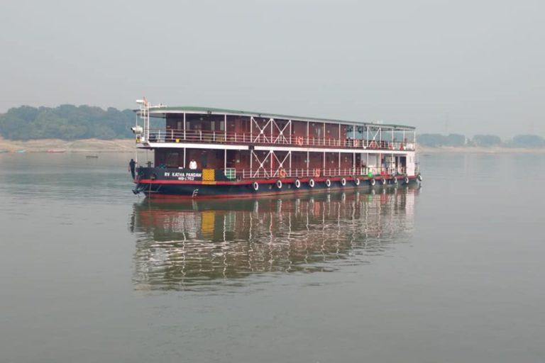 वीआर पांडव नामक क्रूज को गंगा में चलाया जा रहा है। पश्चिम बंगाल से उत्तर प्रदेश के रास्ते बिहार तक यह क्रूज 12 सौ किलोमीटर से भी अधिक दूरी तय करता है। तस्वीर– भारतीय अंतर्देशीय जलमार्ग प्राधिकरण