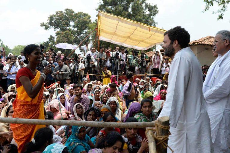 विधानसभा चुनाव में हसदेव अरण्य इलाके में चुनावी रैली को संबोधित करते पूर्व कांग्रेस अध्यक्ष राहुल गांधी और वर्तमान मुख्यमंत्री भूपेश बघेल। तस्वीर: छत्तीसगढ़ बचाओ आंदोलन के सौजन्य से