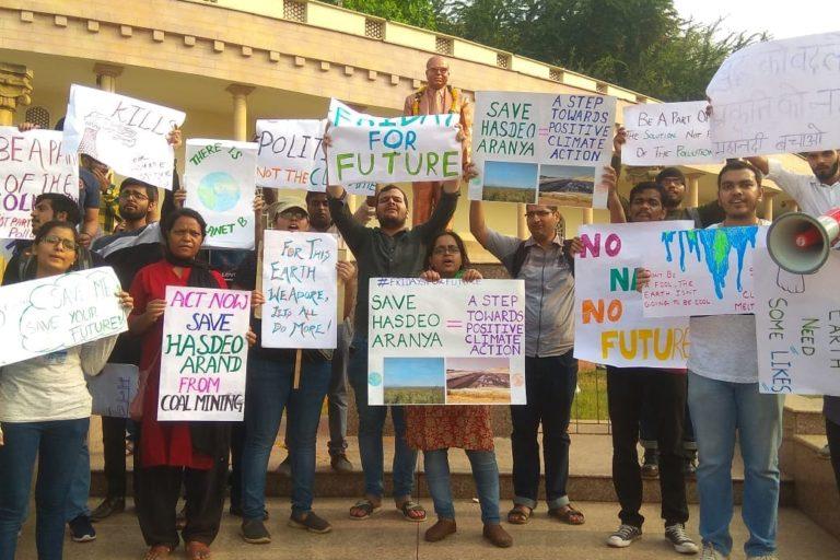 रायपुर में हसदेव अरण्य में कोयला खनन के खिलाफ सामाजिक कार्यकर्ताओं का प्रदर्शन लो। जो पार्टी चुनाव के पहले आदिवासियों के हित को समझने का दावा कर रही थी उसके हाल के कई फैसले बताते हैं कि आमजन इनसे संतुष्ट नहीं है। तस्वीर: छत्तीसगढ़ बचाओ आंदोलन के सौजन्य से
