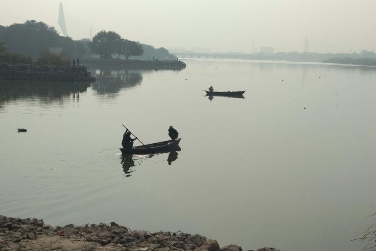 सोनिया विहार दिल्ली में युमना नदी में मछुआरों के नावें। तस्वीर- अवली वर्मा