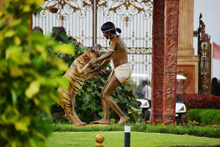 बस्तर के टाइगर ब्वॉय चेंदरू की प्रतिमा। चेंदरू की पहचान छ्त्तीसगढ़ के मोगली के तौर पर है। तस्वीर- अमन मौर्य/विकिमीडिया कॉमन्स