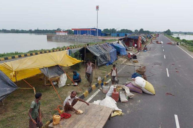 बिहार भीषण बाढ़ की चपेट में है, लेकिन इस साल सरकार ने राहत शिविर नहीं बनाए हैं। राहत शिविर न होने की वजह से लोग सड़कों पर रहने को मजबूर हैं। तस्वीर साभार माधव