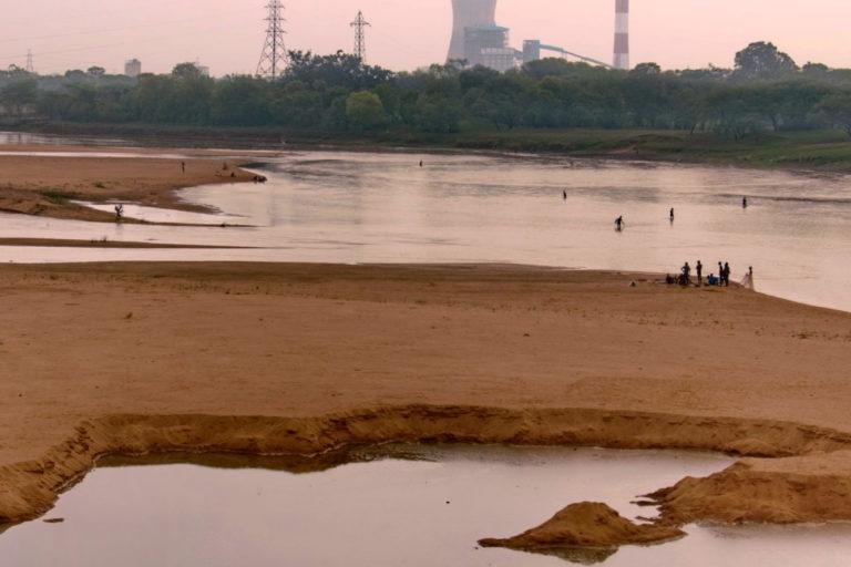 महानदी के किनारे सैकड़ों उद्योग लगे हुए हैं। इससे ओडिशा और छत्तीसगढ़ के 200 उद्योगों में पानी दिया जाता है। इसके अलावा नदी पर मछुआरे और किसान भी आश्रित हैं। तस्वीर- रंजन पांडा