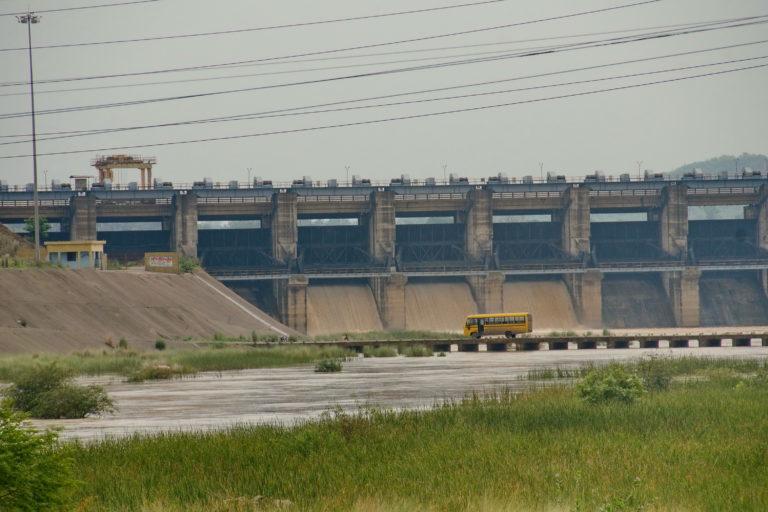 केलो नदी पर बना बांध। इस बांध के बाद दोनों राज्य के नागरिकों ने पानी की कमी की शिकायत की। तस्वीर- रंजन पांडा
