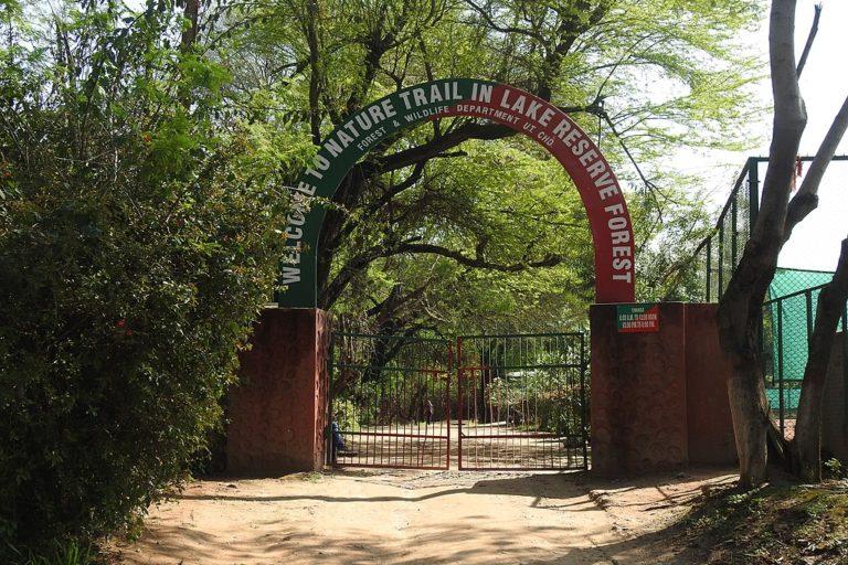 चंडीगढ़ स्थित सुखना झील के किनारे संरक्षित जंगल में नेचर ट्रेल का मुख्य द्वार। तस्वीर- हरविंदर चंडीगढ़/विकिमीडिया कॉमन्स
