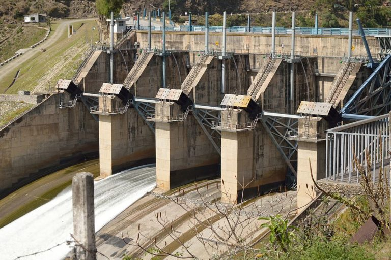 ब्यास नदी पर बना पंडोह बांध। तस्वीर- विश्वरूप गांगुली/विकिमीडिया कॉमन्स