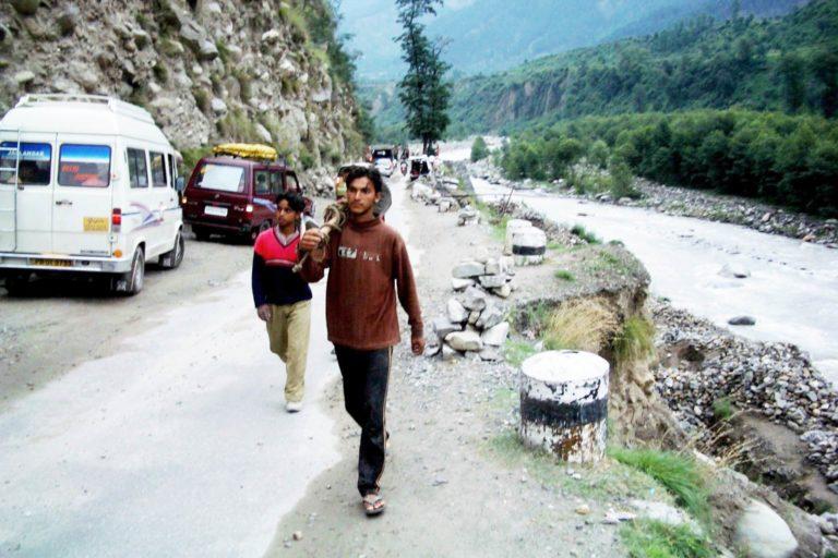 ब्यास नदी के किनारे भूस्खलन से लगा सड़क जाम। हाल के वर्षों में किनौर में भूस्खलन और अचानक आने वाले बाढ़ के मामले बढ़े हैं। तस्वीर- कपिल काजल