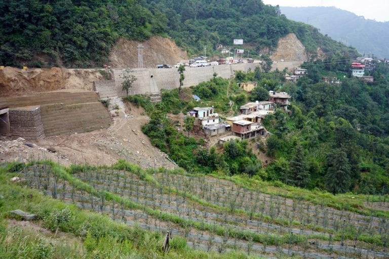 हिमाचल प्रदेश के शिमला सोलन हाइवे पर फोर लेन का काम चल रहा है। सड़क चौड़ा करने के लिए पत्थरों को काटा जा रहा है जिससे पहाड़ की पारिस्थितिकी पर बुरा असर होगा। तस्वीर- कपिल काजल