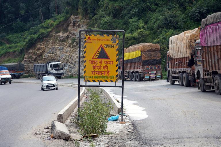 हिमाचल प्रदेश की एक सड़क पर पहाड़ से पत्थर गिरने की चेतावनी देने वाला बोर्ड। तस्वीर- कपिल काजल