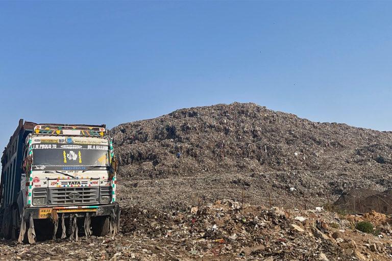 मांगर गांव के पास भिंडावास में घरों से निकला कचरा डाला जाता है। स्थानीय समुदाय और पर्यावरणविद् इससे होने वाले रासायनिक प्रदूषण को देखते हुए कई बार प्रशासन से शिकायत कर चुके हैं। तस्वीर- संशेय विश्वास और मैनो वर्चोट।