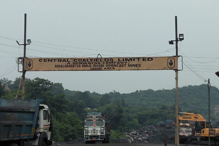 दामोदर नदी किनारे खदान सहित कई तरह के संयंत्र स्थापित हैं जिसका कचरा नदी में ही समाहित होता है और इसे प्रदूषित करता है। तस्वीर- राहुल सिंह