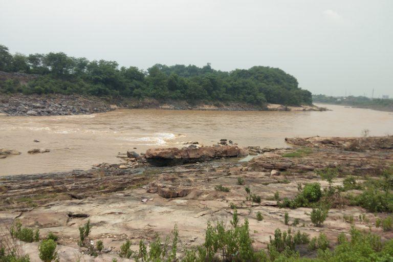 गाद जमने और रख-रखाव की कमी के कारण दामोदर नदी की जल धारण क्षमता भी कम हो गयी है। तस्वीर- राहुल सिंह
